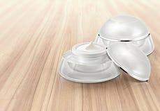 Άσπρο στρογγυλευμένο καλλυντικό βάζο στο ξύλο Στοκ φωτογραφία με δικαίωμα ελεύθερης χρήσης