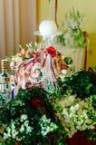 Άσπρο στρογγυλό κερί σε μια στάση γυαλιού δίπλα στις γαμήλιες floral διακοσμήσεις Στοκ φωτογραφίες με δικαίωμα ελεύθερης χρήσης