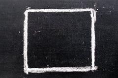 Άσπρο σχέδιο χεριών κιμωλίας στην τετραγωνική μορφή στο μαύρο πίνακα Στοκ εικόνα με δικαίωμα ελεύθερης χρήσης