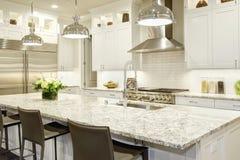 Άσπρο σχέδιο κουζινών στο νέο πολυτελές σπίτι Στοκ Φωτογραφίες