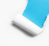 Άσπρο σχισμένο έγγραφο γωνιών με το μπλε υπόβαθρο Στοκ εικόνες με δικαίωμα ελεύθερης χρήσης
