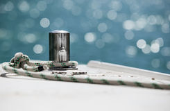 Άσπρο σχοινί πρόσδεσης που δένεται γύρω από την άγκυρα χάλυβα Στοκ Φωτογραφίες