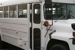 Άσπρο σχολικό λεωφορείο Στοκ φωτογραφία με δικαίωμα ελεύθερης χρήσης