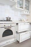 άσπρο σύγχρονο εσωτερικό κουζινών Στοκ Εικόνα