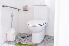 Άσπρο σύγχρονο κύπελλο τουαλετών σε ένα λουτρό, αποχωρητήριο Στοκ Εικόνες