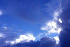 Άσπρο σύννεφο καλυμμένα cumulonimbus σωρειτών μπλε ουρανού cloudiness στοκ εικόνες