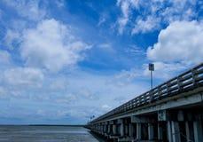 Άσπρο σύννεφο λουλακιού ουρανού μπλε, βαθύς μπλε ουρανός Στοκ φωτογραφίες με δικαίωμα ελεύθερης χρήσης
