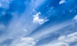 Άσπρο σύννεφο λουλακιού ουρανού μπλε, βαθύς μπλε ουρανός Στοκ εικόνα με δικαίωμα ελεύθερης χρήσης