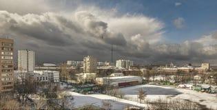 Άσπρο σύννεφο πέρα από την άσπρη Μόσχα Στοκ Εικόνες