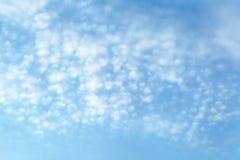 Άσπρο σύννεφο στον ουρανό Στοκ φωτογραφία με δικαίωμα ελεύθερης χρήσης