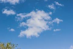 Άσπρο σύννεφο στο μπλε ουρανό στοκ φωτογραφία με δικαίωμα ελεύθερης χρήσης