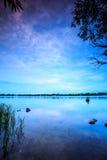 Άσπρο σύννεφο στο μπλε ουρανό μετά από το ηλιοβασίλεμα Στοκ φωτογραφίες με δικαίωμα ελεύθερης χρήσης