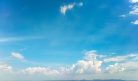 Άσπρο σύννεφο στο υπόβαθρο ουρανού Στοκ Φωτογραφία