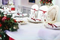 Άσπρο σύνολο γαμήλιων πινάκων που διακοσμείται με τις κόκκινες κορδέλλες Στοκ φωτογραφία με δικαίωμα ελεύθερης χρήσης