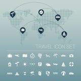 Άσπρο σύνολο εικονιδίων ταξιδιού και παγκόσμιος χάρτης Στοκ Φωτογραφίες