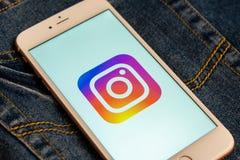 Άσπρο τηλέφωνο με το λογότυπο των κοινωνικών μέσων Instagram στην οθόνη r στοκ φωτογραφία