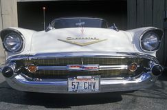 Άσπρο το 1957 Chevrolet μετατρέψιμο με μια πινακίδα αριθμού κυκλοφορίας της Ουάσιγκτον που διαβάζει 57 CHV Στοκ Εικόνες