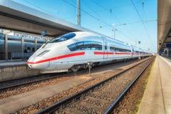 Άσπρο τραίνο υψηλής ταχύτητας στο σιδηροδρομικό σταθμό στοκ εικόνες