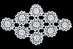 Άσπρο τραπεζομάντιλο δαντελλών ομορφιάς που απομονώνεται στο μαύρο υπόβαθρο, floral σχέδιο Στοκ φωτογραφίες με δικαίωμα ελεύθερης χρήσης