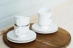 Άσπρο τσάι που τίθεται σε έναν δίσκο, πίνακας κουζινών Στοκ φωτογραφία με δικαίωμα ελεύθερης χρήσης