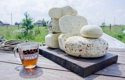 Άσπρο τυρί με μια κούπα του τσαγιού Στοκ φωτογραφία με δικαίωμα ελεύθερης χρήσης