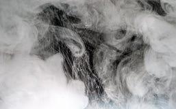 Άσπρο υδατόχρωμα στο νερό με το μαύρο υδατόχρωμα υποβάθρου μέσα Στοκ φωτογραφία με δικαίωμα ελεύθερης χρήσης