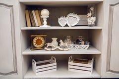 Άσπρο υπαίθριο μικρό ντουλάπι με τα βιβλία μικροζητηματάτων Στοκ Εικόνες