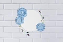 Άσπρο υπόβαθρο κύκλων με τα χειροποίητα λουλούδια βατραχίων Στοκ εικόνες με δικαίωμα ελεύθερης χρήσης