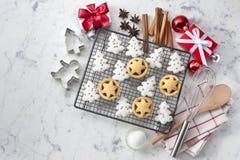 Άσπρο υπόβαθρο μπισκότων Χριστουγέννων Στοκ Εικόνες