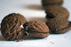 Άσπρο υπόβαθρο σοκολάτας μπισκότων Pacman στοκ φωτογραφία με δικαίωμα ελεύθερης χρήσης