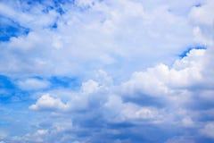 Άσπρο υπόβαθρο σύννεφων μπλε ουρανού Στοκ εικόνες με δικαίωμα ελεύθερης χρήσης