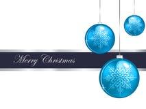 Άσπρο υπόβαθρο Χαρούμενα Χριστούγεννας με τα μπλε μπιχλιμπίδια Στοκ φωτογραφία με δικαίωμα ελεύθερης χρήσης