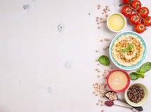 Άσπρο υπόβαθρο Hummus Στοκ Φωτογραφίες