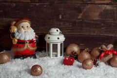 Άσπρο φανάρι κεριών Άγιου Βασίλη στη διακόσμηση Χριστουγέννων χιονιού Στοκ Εικόνες