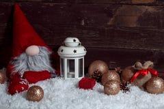 Άσπρο φανάρι κεριών Χριστουγέννων με το νάνο αντίγραφο υποβάθρου Χριστουγέννων Στοκ εικόνα με δικαίωμα ελεύθερης χρήσης