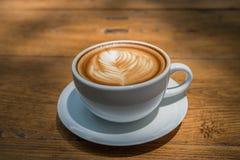 άσπρο φλυτζάνι καφέ στον ξύλινο πίνακα, χρόνος καφέ Στοκ εικόνες με δικαίωμα ελεύθερης χρήσης