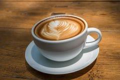 άσπρο φλυτζάνι καφέ στον ξύλινο πίνακα, χρόνος καφέ Στοκ Φωτογραφία