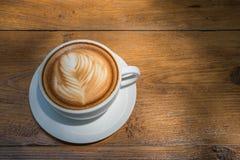 άσπρο φλυτζάνι καφέ στον ξύλινο πίνακα, χρόνος καφέ Στοκ Εικόνες