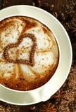 Άσπρο φλυτζάνι με τα τσιπ cappuccino και σοκολάτας καφέ με μορφή μιας καρδιάς Στοκ Εικόνες
