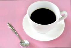 Άσπρο φλυτζάνι του μαύρου καφέ στο ρόδινο υπόβαθρο Φρεσκάδα στην έννοια πρωινού στοκ φωτογραφία