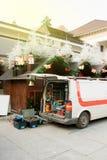Άσπρο φορτηγό με τα διαφορετικά εργαλεία που εγκαθιστούν την αγορά Χριστουγέννων στοκ φωτογραφίες