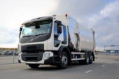 Άσπρο φορτηγό συλλεκτών απορριμάτων της VOLVO???????? Στοκ εικόνα με δικαίωμα ελεύθερης χρήσης