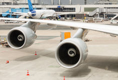 Άσπρο φτερό του αεροπλάνου Στοκ εικόνες με δικαίωμα ελεύθερης χρήσης