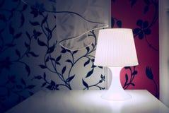 Άσπρο φως νύχτας σε ένα εσωτερικό δωματίων Στοκ Εικόνα