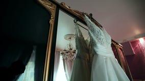 Άσπρο φόρεμα της νύφης σε ένα όμορφο εσωτερικό απόθεμα βίντεο