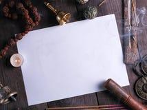 άσπρο φύλλο στη μέση των θρησκευτικών αντικειμένων για την περισυλλογή στοκ φωτογραφίες