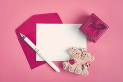 Άσπρο φύλλο του εγγράφου για ένα μήνυμα αγαπημένο στοκ φωτογραφία