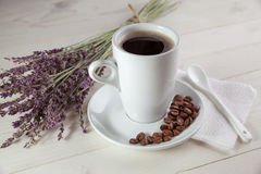 Άσπρο φλιτζάνι του καφέ και lavender ανθοδεσμών Στοκ Εικόνες