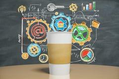 Άσπρο φλιτζάνι του καφέ με την έννοια επιχειρησιακής στρατηγικής Στοκ φωτογραφίες με δικαίωμα ελεύθερης χρήσης