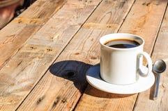 άσπρο φλυτζάνι καφέ στο ξύλινο υπόβαθρο Στοκ εικόνα με δικαίωμα ελεύθερης χρήσης